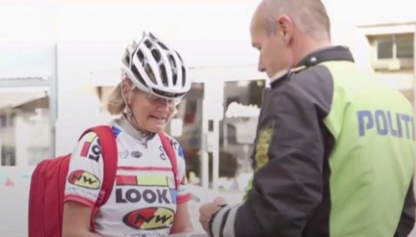 Danimarca: se guidi con il casco la polizia ti abbraccia