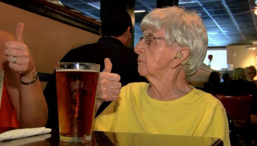 Vecchietta di 103 anni svela che bere birra è il segreto di lunga vita