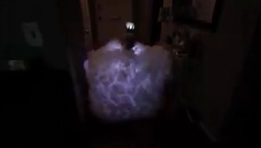 Papà veste bambina da nuvola in tempesta per Halloween
