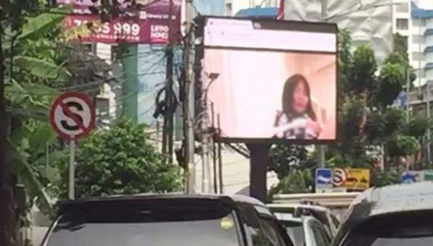 Porno su schermo pubblicitario: traffico in tilt a Jakarta