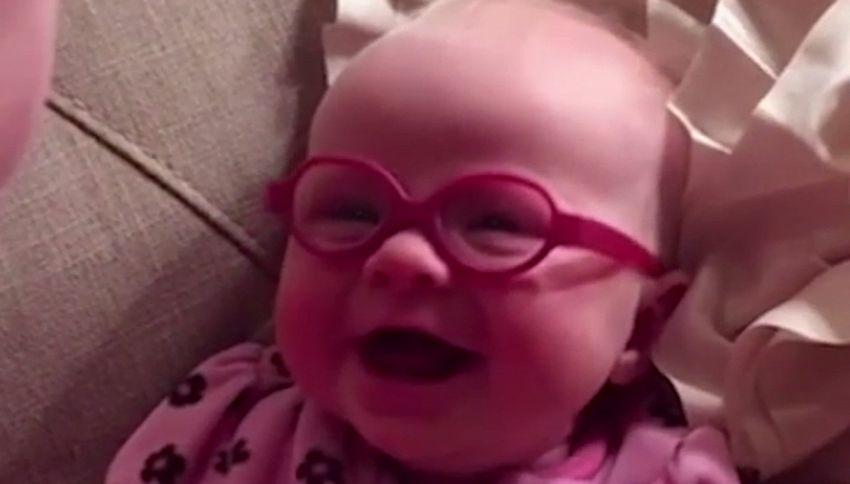 Neonata non vede bene, mette gli occhiali e… Guardate che reazione