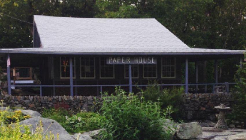 La casa fatta di giornale che resiste da 95 anni