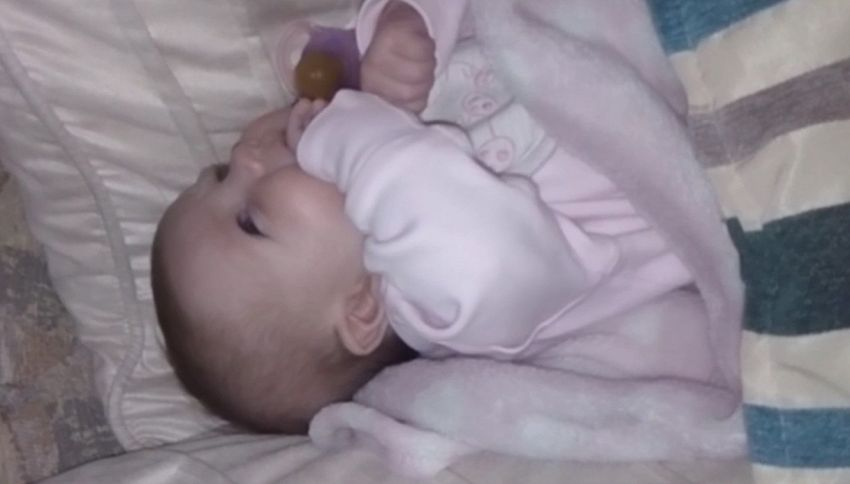 La bimba di sei settimane dice 'hello' al papà e conquista il web