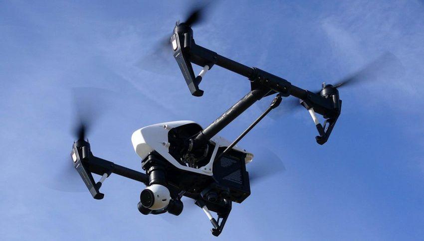 Scopre il tradimento seguendo la moglie con il drone