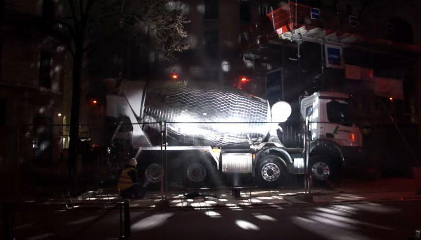 Da betoniera a mirrorball: l'istallazione fa ballare la città