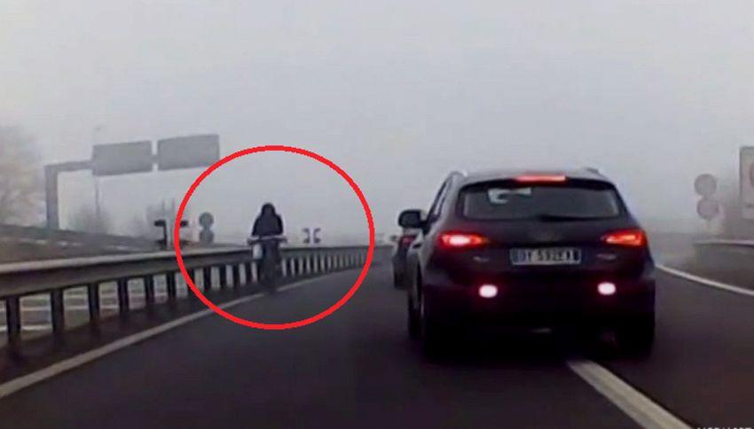 In bici contromano in tangenziale: il video in diretta