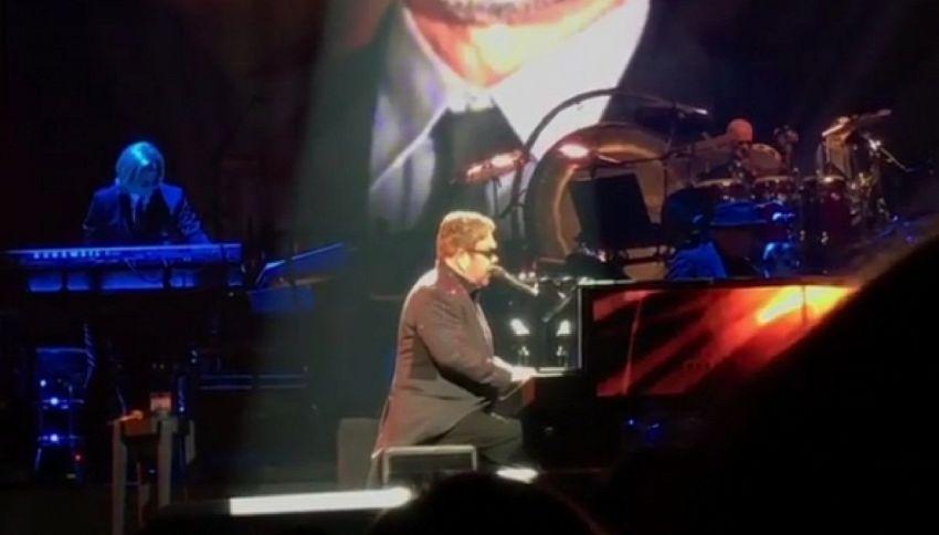Elton John in lacrime durante il tributo a George Michael