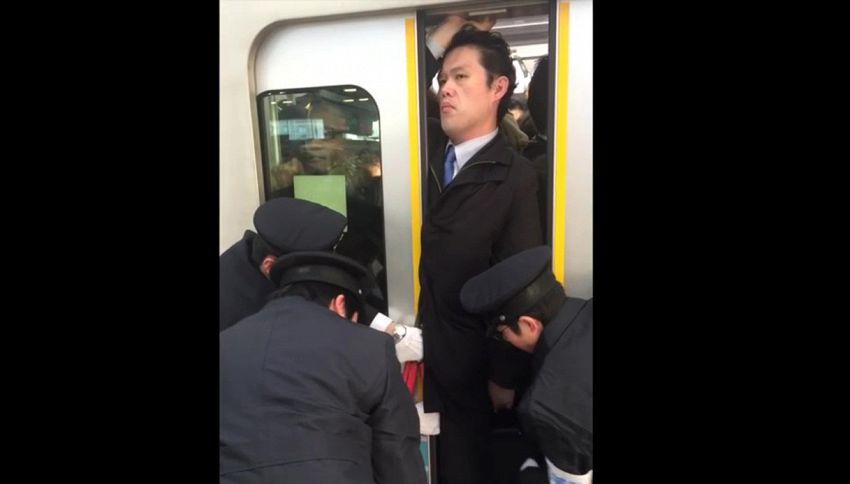 Impassibile mentre lo schiacciano in metro: il video è virale