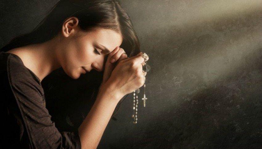 Pregare a voce alta è reato: ecco perché