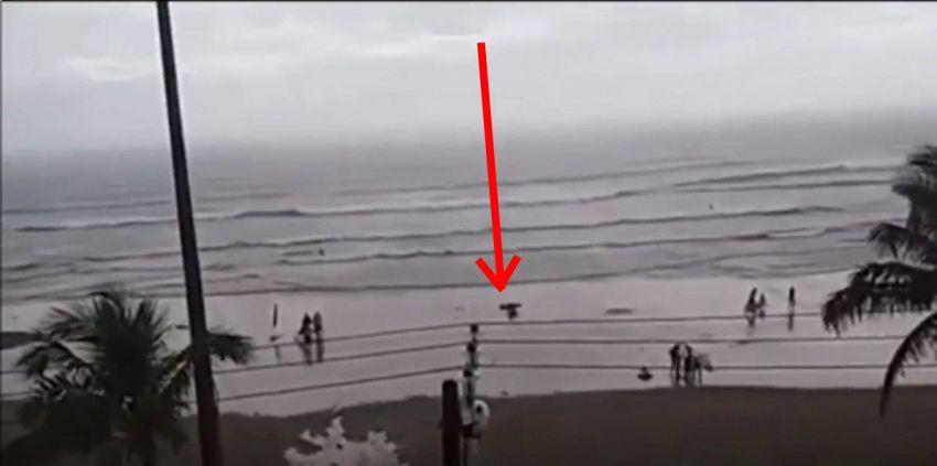 Ragazza colpita da un fulmine mentre cammina in riva al mare