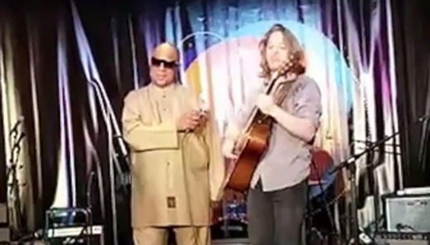 """Suona """"Superstition"""" e si ritrova a duettare con Stevie Wonder"""