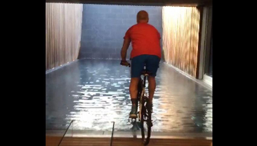 Gianluca Vacchi show: balletto e tuffo in piscina. Con bicicletta