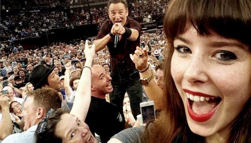 Ecco il selfie dell'anno. L'autoscatto con Springsteen è perfetto