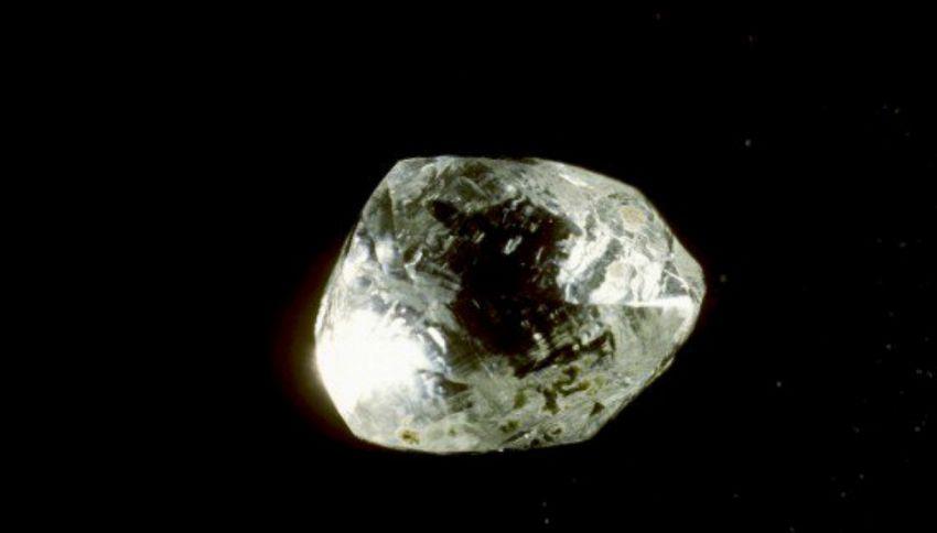 Parroco del Sierra Leone trova diamante e lo regala al suo paese