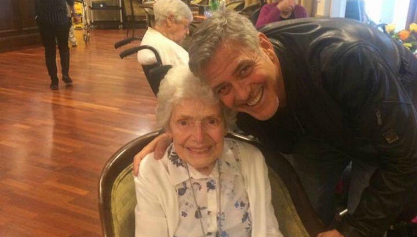 George Clooney sorprende una fan di 87 anni per il suo compleanno