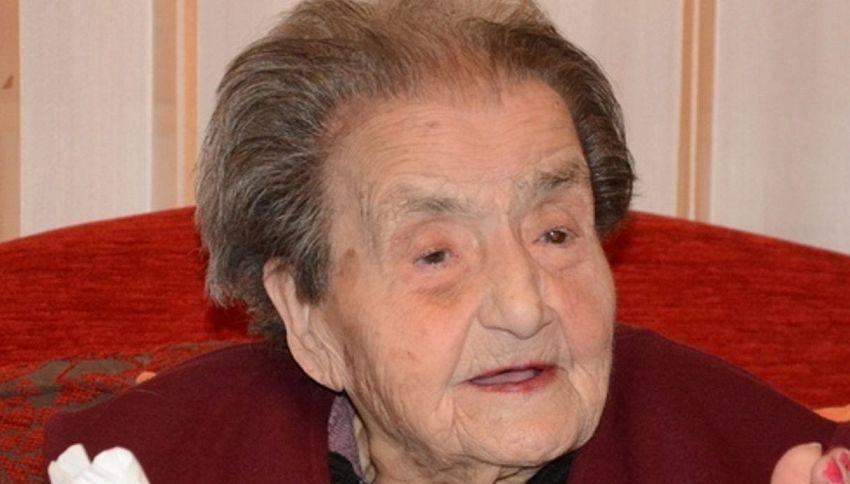 """Compie 100 anni e confessa: """"Non posso fare a meno della birra"""""""