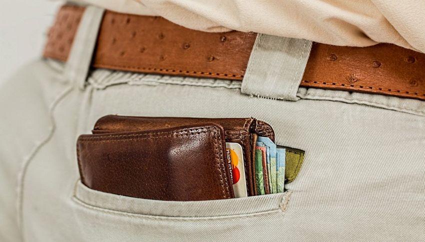 Trova un borsello con 35mila euro e lo consegna alla Polizia