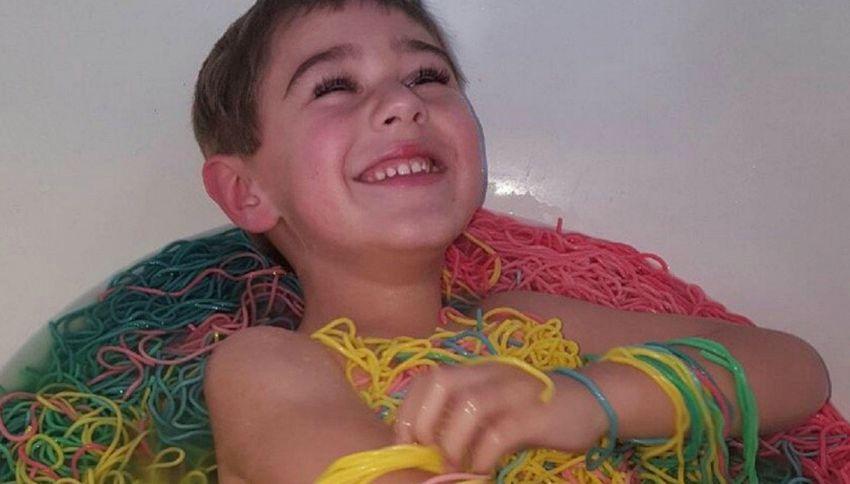 15 kg di spaghetti colorati per rendere felice suo nipote