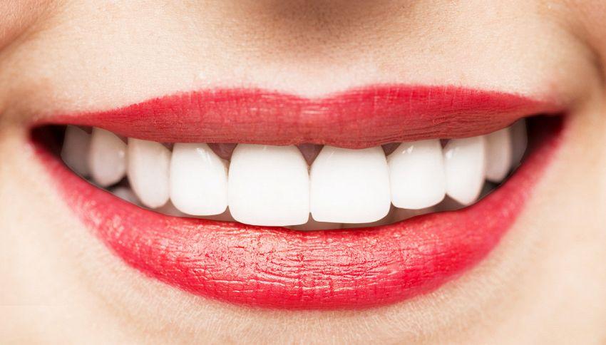 Come sbiancare i denti naturalmente (a costo zero)