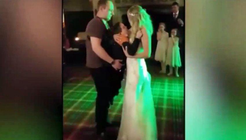 Ballo di nozze tra mamma e figlio disabile. Invitati in lacrime