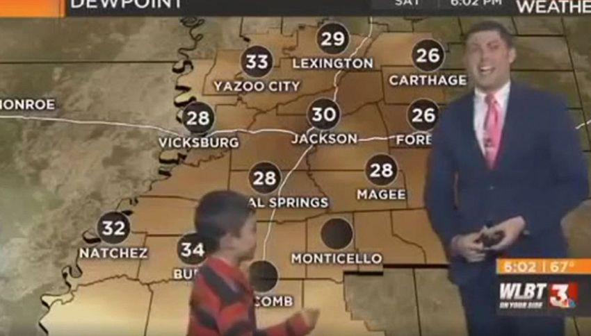 Bimbo irrompe durante le previsioni meteo: guardate che combina