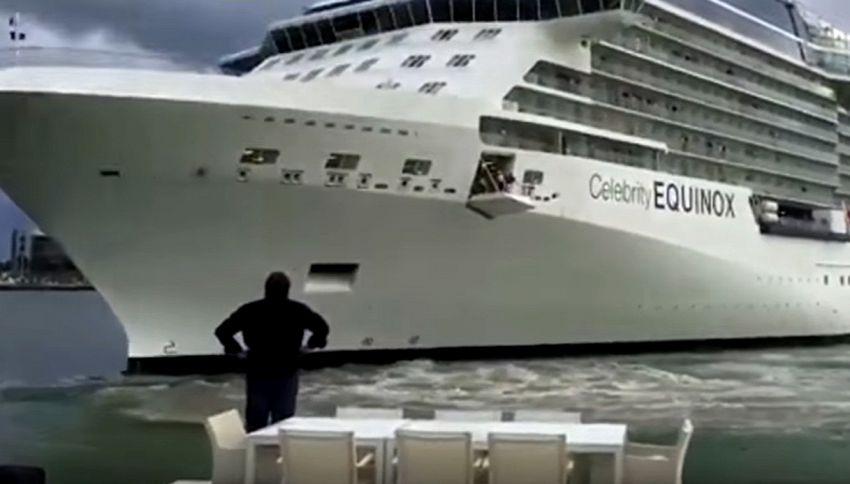 La nave sta per entrargli in casa: uomo si sbraccia per salvarla