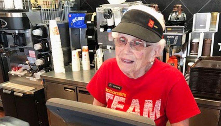 La nonnina di McDonald's: ha 94 anni e da 44 fa la cassiera