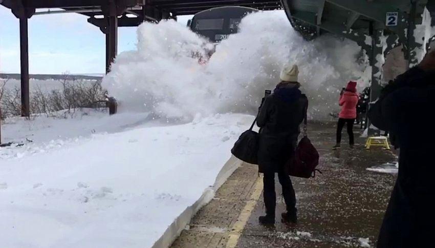 Cattura lo spettacolare momento di un treno nella bufera