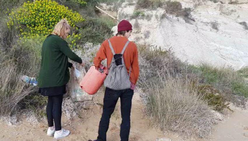 Scala dei Turchi, due turisti ripuliscono la spiaggia dai rifiuti