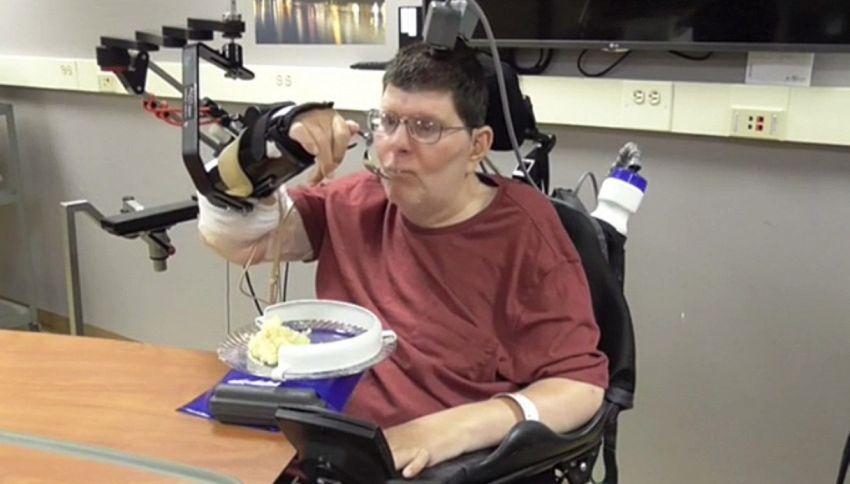 Tetraplegico torna a muovere le mani con l'invenzione hi-tech