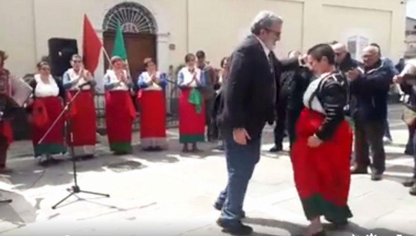 Infortunio per Emiliano: cade durante un ballo folkloristico
