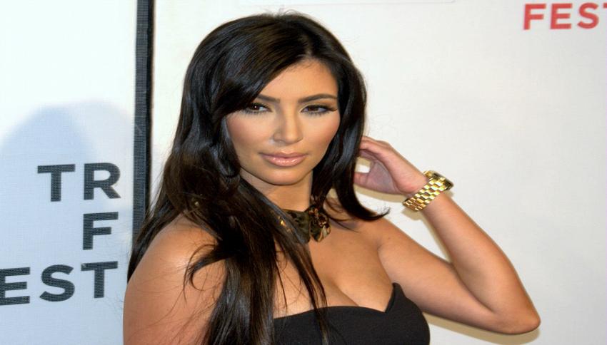 """Il materassino a forma di lato B made """"Kardashian"""""""