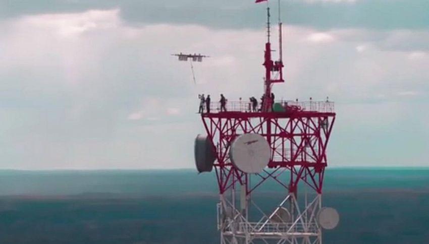 Dronediving: saltare da un drone, l'impresa di un parà lettone