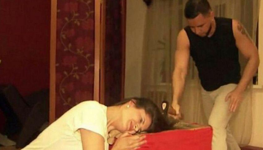 Il parrucchiere russo che taglia i capelli con l'accetta
