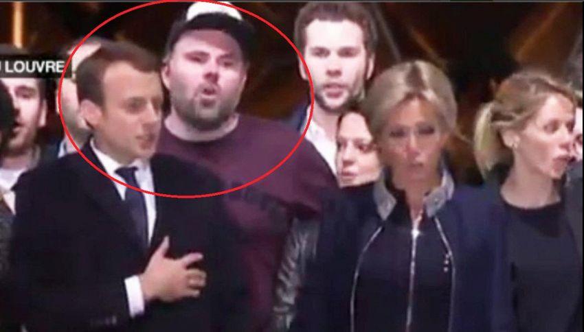 Chi è l'uomo col cappello che ha rubato la scena a Macron?