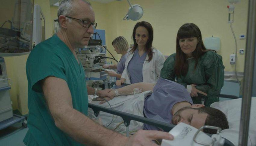 Cosa ci fa Costantino Della Gherardesca su un letto d'ospedale?