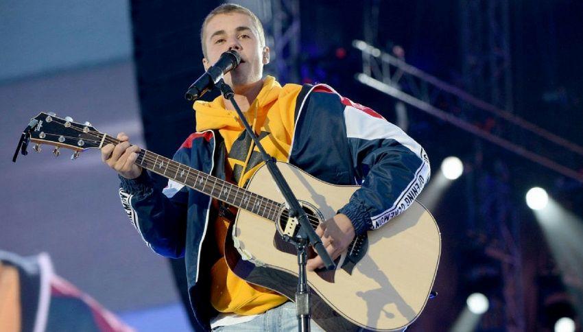 """Bottiglia addosso a Bieber: si è rifiutato di cantare """"Despacito"""""""