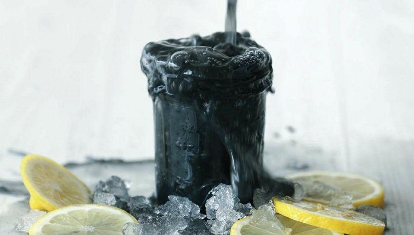 Dopo il gelato nero, arriva la limonata nera: come prepararla