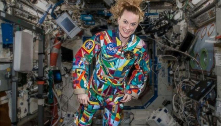 Astronauti della NASA indossano tute disegnate dai bambini malati