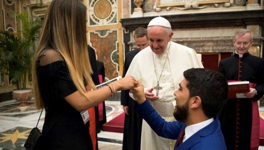 Chiede la mano alla fidanzata davanti a Papa Francesco