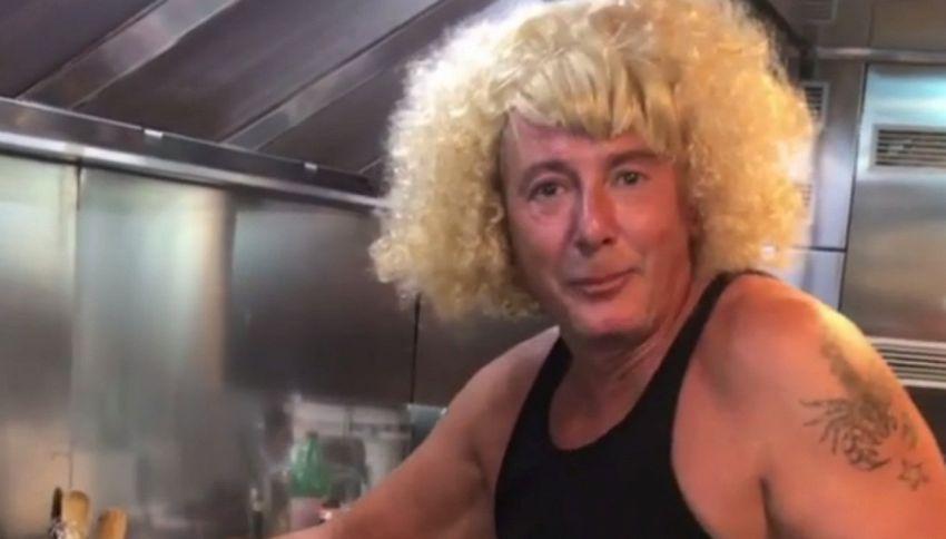 Stefano Gabbana indossa la parrucca e imita Antonella Clerici