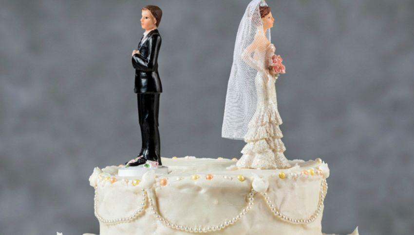 Chiede il divorzio dalla moglie dopo averla vista senza trucco