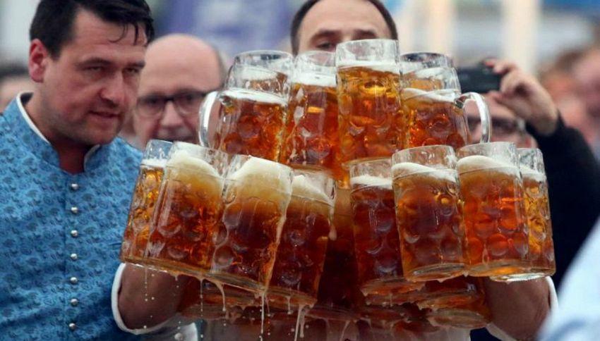 Cameriere dei record porta 29 boccali di birra in una volta sola