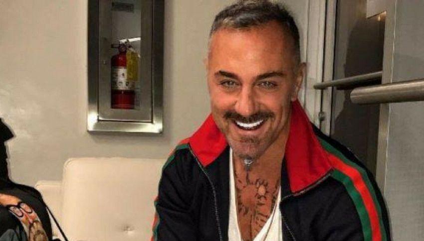 Gianluca Vacchi show: cavalca una pecora e balla
