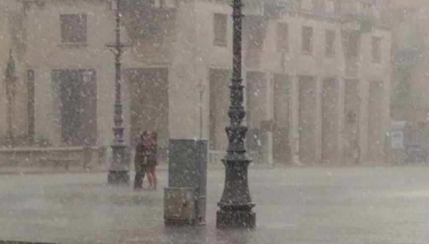 Gli amanti di Lecce: c'è il diluvio, ma loro si baciano