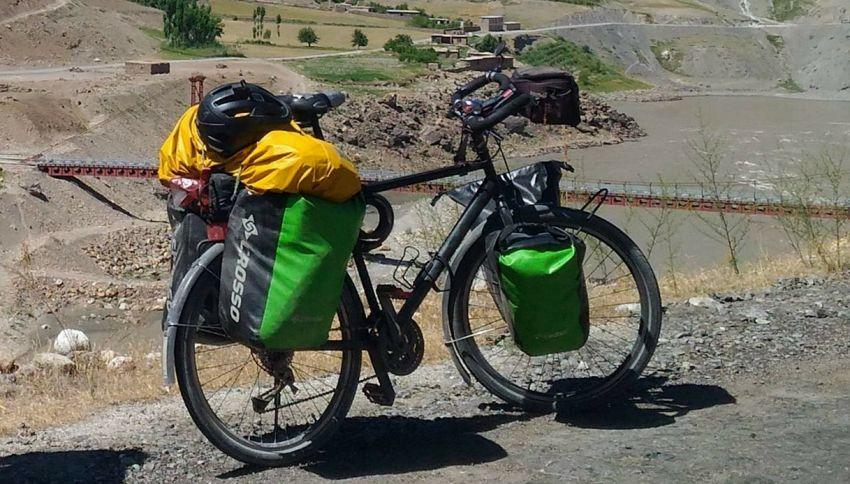 """Gira il mondo in bici, ma si ferma in Italia: """"Me l'hanno rubata"""""""