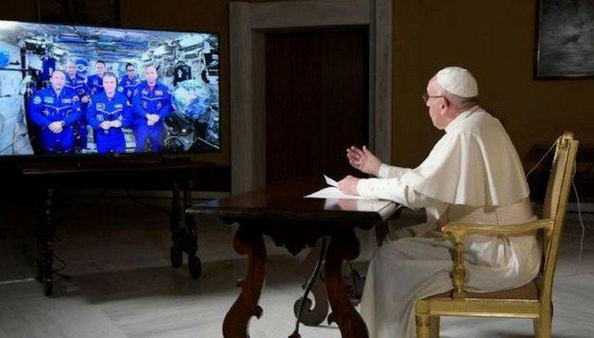 Papa Francesco chiama l'astronauta Paolo Nespoli nello Spazio