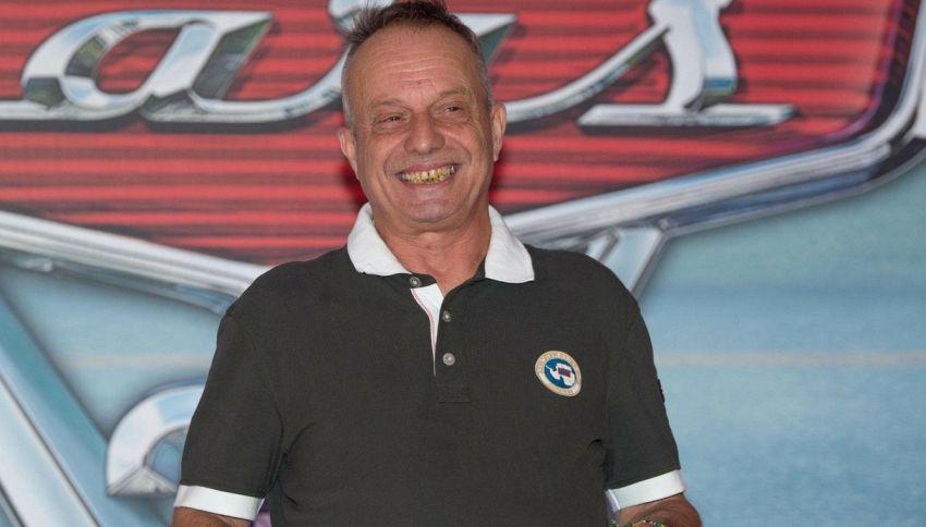 La storia di Marco Della Noce, comico di Zelig che vive in auto