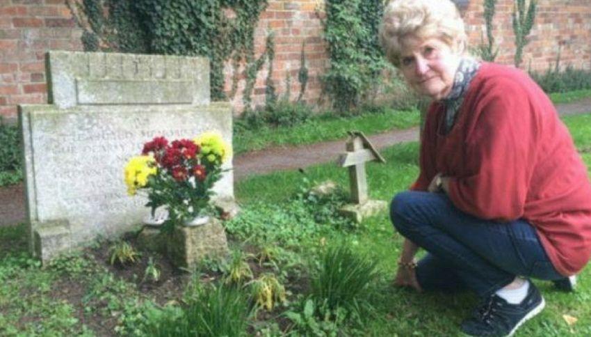 70 anni dopo scopre chi porta i fiori sulla tomba del fratello