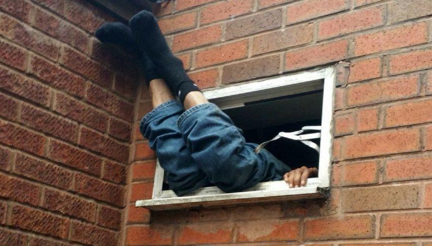 Ladro rimane incastrato durante il furto. Polizia lo ritrova così